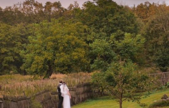 Svatební kameraman v přírodě